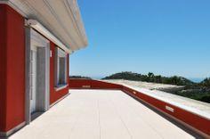 Villa de lujo en la Costa del Sol. Vista desde la terraza principal de la fachada trasera.
