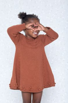 Dagens gratisoppskrift: Lise kjole & løs krage | Strikkeoppskrift.com Knitting For Kids, Rust, Knit Crochet, Sewing, Sweaters, Beautiful, Dresses, Fashion, Sweater Vests