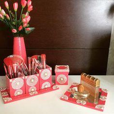 Mais um modelo de kit porta pincéis de maquiagem. Dessa vez em rosa cereja. Composto por bandeja para perfume, e porta pincéis com bandeja. Não acompanha os pincéis. Decorado com pérolas e strass. Muito chique. Encomende o seu#mariadiva#divas#mulheres#jovensmulheres#decoracao#quartomenina#adolescentes
