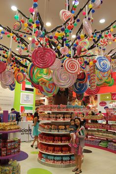 "Hard to miss this giant lollipop tree at the Dubai Mall! It's located in ""Candylicious"" – which just happens to be the largest candy store in the world! Dubai Shopping, Dubai Mall, Candy Store Display, Voyage Dubai, Giant Lollipops, Lollipop Tree, Hansel Y Gretel, Dubai Holidays, Visit Dubai"