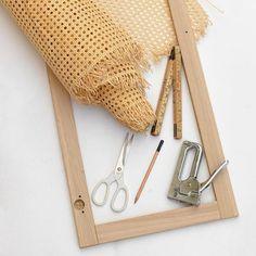 Steg 3: Mät och klipp till rottingen så att den täcker hela dörrbladet.