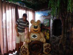 045 - Em Gramado, na Fabrica de Chocolates Lugano, fazendo uma foto ao lado do ursinho.