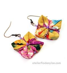 Origami fabric earrings  cute idea Origami Jewelry, Paper Jewelry, Textile Jewelry, Fabric Jewelry, Jewelry Crafts, Jewelry Art, Beaded Jewelry, Fashion Jewelry, Fabric Earrings