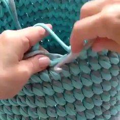 ― Vanessa Eduardoさん( 「Que resultado lindo desse ponto, fica um torcidinho charmoso 😉😍. Crochet Home, Crochet Crafts, Crochet Yarn, Crochet Stitches, Crochet Projects, Crochet Squares, Crochet Motif, Crochet Handbags, Crochet Purses