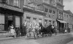 De apotheek aan de Utrechtsestraat 45, februari 1962(Foto Bell) Op de Utrechtsestraat nummer 45 zat decennialang apotheek W.A. v.d. Bovenkamp. Volgens het originele bijschrijft bij bovenstaande fo…
