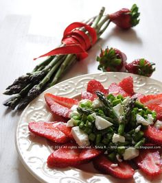 Insalata di asparagi crudi, fragole e caprino