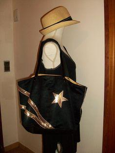 Sac cabas en suédine noire avec paillettes et étoiles dorées , anses en cuir : Sacs à main par cocoon-by-ln