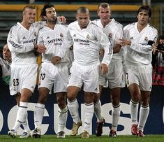 Beckham, Figo, Ronaldo, Zidane & Raul in Real Madrid. Wow, those were the days! Club Football, Real Madrid Football Club, Football Is Life, Best Football Team, World Football, Sport Football, Zinedine Zidane Real Madrid, Real Madrid Now, Real Madrid Club