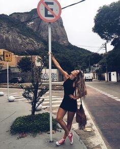 Marque aqui sua amiga lhouca que não pode ver um ferro 🚫😂 Portrait Photography Poses, Photography Poses Women, Tumblr Photography, Best Photo Poses, Girl Photo Poses, Girl Poses, Foto Casual, Instagram Pose, Cute Poses