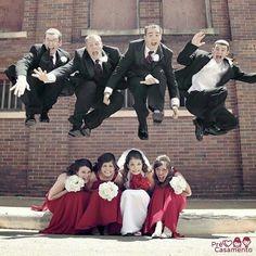 Fotos divertidas com os padrinhos #precasamento #sitedecasamento #bride #groom #wedding #instawedding #engaged #love #casamento #noiva #noivo #noivos #luademel #noivado #casamentotop #vestidodenoiva #penteadodenoiva #madrinhadecasamento #pedidodecasamento #chadelingerie #chadecozinha #aneldenoivado #bridestyle #eudissesim #festadecasamento #voucasar #padrinhos #bridezilla #casamento2016 #casamento2017