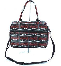 Morsom sort gymbag laget av resirkulerte Coke Zero-etiketter. Den har fór innvendig og glidelåslomme på utsiden, både håndtak og lang, justérbar skulderrem. Coke, Bags, Handbags, Totes, Lv Bags, Hand Bags, Cola, Coca Cola, Bag