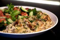 500 g peruna-sipulisekoitusta  1 pkt kylmäsavutofua  2 tl kuivattua tai 1 ruukku tuoretta tilliä  1/2 tl sitruunapippuria  1/2 tl suolaa  1/8 tl valkopippuria  2 1/2 dl kaurakermaa (tai 2 dl kaurakermaa + 1/2 dl vettä) Kaada peruna-sipulisekoitusuunivuokaan. Leikkaa tofu pieniksi suikaleiksi, hienonna tilli ja lisää ne sekä mausteet vuokaan. Kaada mukaan myös kaurakerma ja sekoita kaikki ainekset tasaiseksi.  Paista 200-asteisen uunin keskitasolla 60 minuuttia. Anna ...