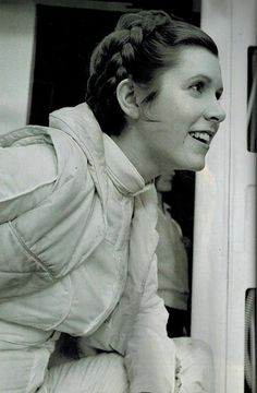 A stunning series of candid photos from the original Star Wars trilogy. Includes several of the beautiful Carrie Fisher, who we all miss. Rest in peace Leah. Carrie Fisher, Film Star Wars, Star Wars Art, Divas, Princesa Leia, Leia Star Wars, Han And Leia, Star Wars Pictures, The Empire Strikes Back