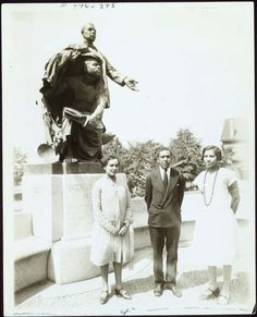 Langston Hughes flanked by Zora Neale Hurston (right) and Jessie Redmon Fauset in at the grave of Booker T. Washington at Tuskegee Institute in Mr. Hughes and Ms. Hurston ran into Ms. Fauset, who was invited to speak at a Wednesday speakers. Zora Neale Hurston, Langston Hughes, Harlem Renaissance Poets, Renaissance Artists, Tuskegee University, African American Literature, Vintage Black Glamour, Booker T, Black History