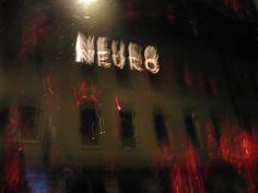 Die Fensterscheibe der Galerie wurde durch eine Asphaltlackschicht zum Schwarzspiegel. Schriftzug mit dem Ausstellungstitel in die Farbschicht gekratzt. Vernissage am 10. Januar 2014 in der Galerie Junge Kunst