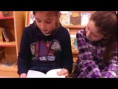 Nenas do CEIP San Marcos, de Abegondo (A Coruña) recitan poemas de «O meu gato é un poeta», de Fran Alonso, e falan do libro.