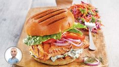 Prepare a great barbecue with friends and family! To feed all these people, prepare this grilled salmon sandwich from Stefano Faita. Salmon Sandwich, Salmon Burgers, Kale Slaw, Confort Food, Grilled Salmon, Sandwiches, Grilling, Snack Recipes, Lunch