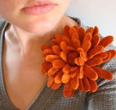 温かみのある手触りのフェルトは、ちょっと懐かしさを感じる素材。そのフェルトを使って花を作ってみませんか?色や形を工夫すれば子供から大人まで楽しめるコサージュやヘア小物を作れますよ!