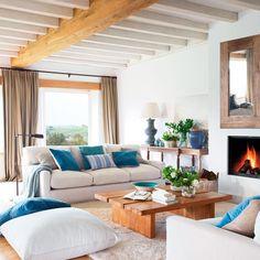 A este salón blanquito y con madera le faltaba algo. ¿Chispa? ¿Personalidad? Fue poner los toques de azul en cojines, jarrones y otros detalles... ¡y llenarlo de vida! Ahora tiene un aire marinero que nos apasiona. ¿Tú qué color hubieras elegido?    #elmueble #color #azul #sofa #blanco #marinero #costero #livingroom #decoracion #decoration