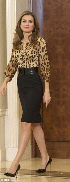 Dear i like the polished yet stylist look by Queen Letizia. The print top with fitted black pencil skirt looks great Office Fashion, Work Fashion, Fashion Week, Fashion Trends, Skirt Fashion, 40 Year Old Womens Fashion, Space Fashion, 40s Fashion, Fashion 2018