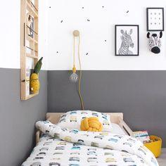 Dit is de kamer van Jace @stijlinge. De grijze muur en de gele accessoires staan super bij het Studio Ditte auto dekbedovertrek. . .…