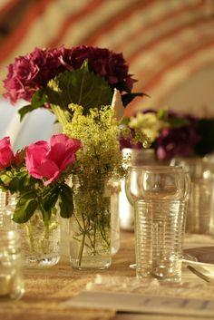 bordpynt med syltetøjsglas som vaser