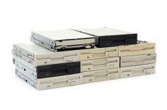 Ein paar Diskettenlaufwerke für Floppy-Music hätte ich auch noch rumzuliegen. Ob sowas auch mit alten CD-Laufwerken geht? Davon habe ich noch über 20 Stück im Schrank... :-) Audio, Music Instruments, Couple, Closet, Musical Instruments