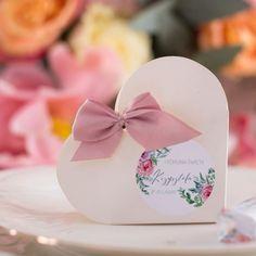 Drobne upominki zapakowane w urocze sercowe pudełka będą miłym prezentem dla gości przybyłych na komunię. #komuniaŚwięta #pudełeczkadlagości #podziękowaniedlaGości Place Cards, Place Card Holders