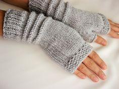 Cette paire de gants est tricoté à la main avec un fil de laine-acrylique-mérinos en couleur gris. Il est parfait pour vous garder modish et chaleureux.   Matière: laine-50 % acrylique - 50 %.  Pris dans un environnement sans fumée et sans animaux domestiques.  Cet article devrait être main lavée à leau tiède avec un détergent doux et plate pour sécher.  Si vous aimez cet article, mais il dans une couleur différente nhésitez pas à menvoyer un message.  Merci de votre visite!   Des…
