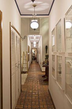 Decoração, Decoração de casa, casa, casa de campo, casa de praia, casa de fim de semana, corredor, obra de arte, quadro, revestimento.