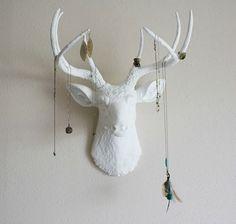 Hertenkop naast de kast. Handig om sieraden aan op te hangen. *check