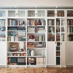 IKEA : la cultissime bibliothèque Billy a 40 ans, retour en images - Marci Ut. Living Room Bookcase, Home, Ikea Living Room, Bookcase With Glass Doors, Ikea Home, Billy Bookcase, Ikea Wall Shelves, Home Office Design, Wall Shelves Living Room