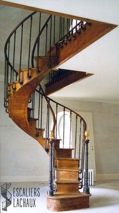 Escalier à noyau creux du XIXe siècle installé par l'établissement Lachaux. French wood spiral stair case from XIXth century, installed by Lachaux establishment.