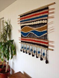 Tapices, telares y cojines elaborados con lanas naturales del sur de Chile... diseños exclusivos y contemporáneos que aportan elegancia y calidez a tus ambientes. Loom Weaving, Tapestry Weaving, Hand Weaving, Textiles, Home Projects, Fiber Art, Art Decor, Diy And Crafts, Embroidery