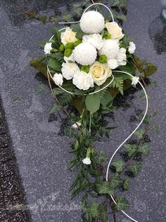 Flower Decorations, Christmas Decorations, Cemetery Decorations, Cemetery Flowers, Modern Flower Arrangements, Funeral Flowers, Ikebana, Diy And Crafts, Floral Wreath
