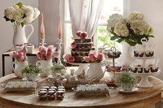 Lu Martinez preparou uma mesa bem romântica e com charme vintage, perfeita para um delicioso chá da tarde! Peças de prata e porcelana serviram de suporte p