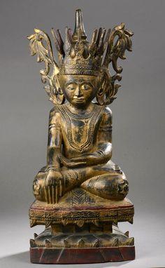 Buddha Maravijaya coiffé d'une importante couronne à ailettes. Bois laqué et doré. Birmanie. Myanmar. Royaume des Etats Shan. Fin 19 ème siècle. H. 68 cm.