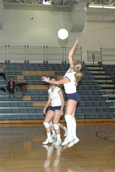 Effective communication between volleyball players becomes an important part of a team's success on the court. But fluid communication between volleyball players takes practice and work. Volleyball Warm Ups, Volleyball Tryouts, Volleyball Skills, Volleyball Practice, Volleyball Training, Coaching Volleyball, Volleyball Ideas, Volleyball 2017, Volleyball Locker