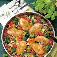 Backofen auf 200 °C vorheizen. Die Tomatenstückchen in eine Fettpfanne oder große Auflaufform gießen. Die Kräuter hineinstreuen und mit etwas Salz...