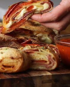 Pizza Roll mit ganz viel Käse | Mit dieser unglaublich köstlichen Pizza Roll wird deine Party einfach nur perfekt