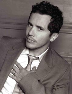 John Leguizamo un actor fomoso y un comidiene es de Colombia