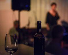 fotografía Fernando Prats. concierto de Sandra Rehder & Proyecto Afluentes en Wine Culture Center Sandro, Piano, Red Wine, Alcoholic Drinks, Glass, Choirs, Concert, Blue Prints, Drinkware