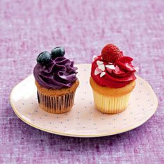 cupcakes with blueberries and raspberries. these look absolutely delicious. Cheesecake Cupcakes, Baking Cupcakes, Cupcake Cookies, Desserts With Biscuits, Cupcake Flavors, Dessert Decoration, Fancy Cakes, Sweet Recipes, Love Food