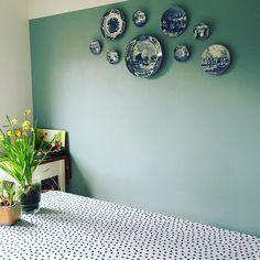 - Delfsblauw vintage bordjes o. Dining Room Walls, Living Room Kitchen, Living Room Decor, Plate Wall Decor, Plates On Wall, Plate Design, Bedroom Wall, Wall Design, Home And Living