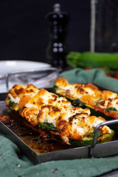 Keto zucchini pizza boats with goat cheese. 1 medium-sized zucchini 2 garlic cloves 4 tbsp olive oil 40 g baby spinach salt and pepper to taste 2 tbsp unsweetened marinara sauce 225 g goat cheese Diet Doctor Recipes, Zucchini Pizza Boats, Low Carb Recipes, Healthy Recipes, Pizza Recipes, Healthy Cooking, Goat Cheese Recipes, Goat Cheese Pizza, Goat Recipes