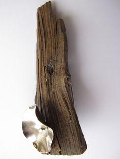Alfinete: madeira e prata 925. Brooch: wood and silver 925