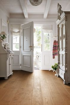 Haro Parkett Landhausdiele 4000 Bernsteineiche Markant strukturiert 2V Fase bioTec geölt Parquet Haro, Wood Flooring Options, Engineered Timber Flooring, Estilo Country, House Entrance, Cottage Chic, Home And Living, Building A House, Sweet Home