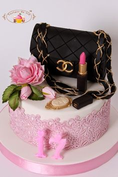 Torturi - Viorica's cakes: Tort Fashion pentru 17 ani Look at the lipstick! So realistic Bolo Gucci, Bolo Chanel, Chanel Cake, Pretty Cakes, Beautiful Cakes, Amazing Cakes, Unique Cakes, Creative Cakes, Bolo Fashionista