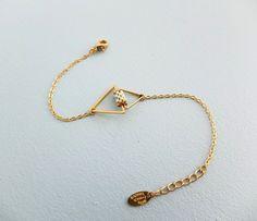 Le produit Bracelet graphique triangles, doré à l'or fin 24k, perles Miyuki. est vendu par My-French-Touch dans notre boutique Tictail. Tictail vous permet de créer gratuitement en ligne un shop de toute beauté sur tictail.com