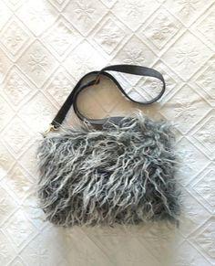 Manchon sac à main gris fausse fourrure mouton poils longs